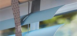 Combineer aluminium lamellen met warme designaccenten van hout